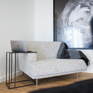 Inspiration för små moderna allrum med öppen planlösning, med vita väggar och vinylgolv