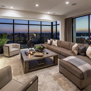 Modernes Wohnzimmer mit weißer Wandfarbe, Gaskamin und Wand-TV in Orange County