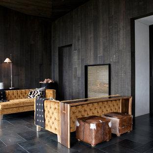 Idee per un grande soggiorno rustico aperto con pareti nere e pavimento in marmo
