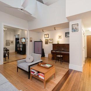 シドニーの中くらいのコンテンポラリースタイルのおしゃれなLDK (フォーマル、白い壁、無垢フローリング、暖炉なし、テレビなし、白い床) の写真