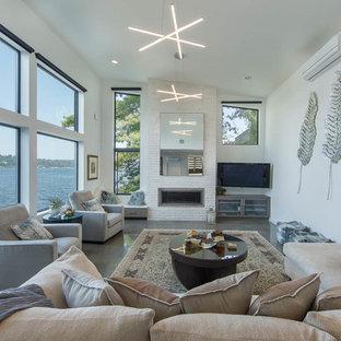 シアトルの中サイズのコンテンポラリースタイルのおしゃれなLDK (白い壁、コンクリートの床、横長型暖炉、グレーの床、フォーマル、石材の暖炉まわり、壁掛け型テレビ) の写真