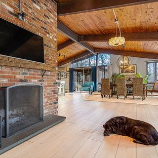 Immagine di un grande soggiorno minimalista aperto con pavimento in vinile, sala formale, pareti bianche, camino classico, cornice del camino in mattoni, nessuna TV e pavimento beige