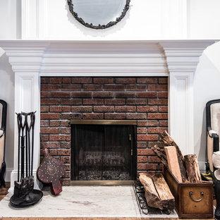 Immagine di un soggiorno classico di medie dimensioni e aperto con sala formale, pareti bianche, parquet chiaro, camino classico, cornice del camino in mattoni e nessuna TV