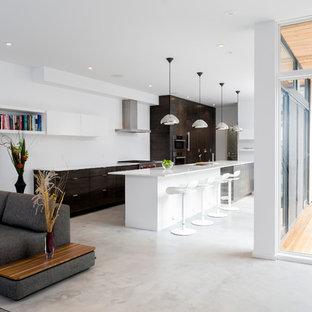 На фото: гостиная комната в современном стиле с бетонным полом и белым полом