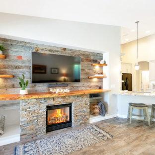 Bild på ett mellanstort allrum med öppen planlösning, med grå väggar, klinkergolv i porslin, en standard öppen spis, en väggmonterad TV och grått golv