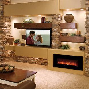 ヒューストンの中サイズのおしゃれなリビング (ベージュの壁、カーペット敷き、横長型暖炉、漆喰の暖炉まわり、壁掛け型テレビ、ベージュの床) の写真