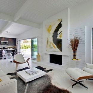 Inspiration för ett 50 tals vardagsrum, med vita väggar