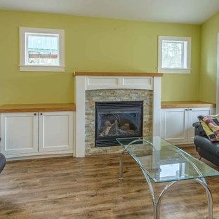 Ispirazione per un piccolo soggiorno american style con sala formale, pareti verdi, pavimento in vinile, camino classico, cornice del camino in legno e nessuna TV
