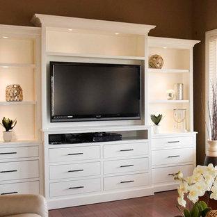 Diseño de salón abierto, tradicional renovado, de tamaño medio, sin chimenea, con paredes rojas, suelo de madera clara, pared multimedia y suelo marrón