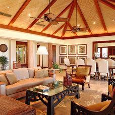 Tropical Living Room by Shigetomi Pratt Architects, Inc.