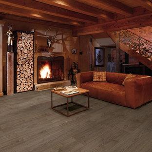 サンフランシスコの中くらいのラスティックスタイルのおしゃれな独立型リビング (赤い壁、ラミネートの床、標準型暖炉、木材の暖炉まわり、テレビなし) の写真