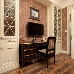 Esempio di un soggiorno chic di medie dimensioni con parquet scuro, TV a parete e pareti rosa