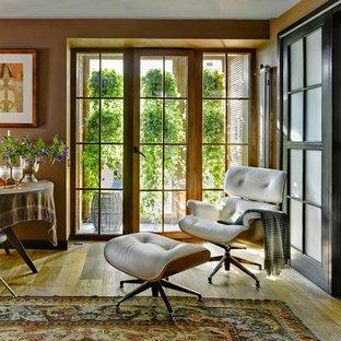 Imagen de salón para visitas minimalista con paredes marrones y suelo de madera en tonos medios