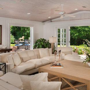 Idee per un soggiorno tropicale con pareti bianche, pavimento in mattoni e pavimento rosso