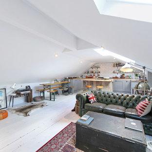 Modelo de salón para visitas abierto, bohemio, pequeño, sin chimenea, con suelo de madera pintada y paredes blancas