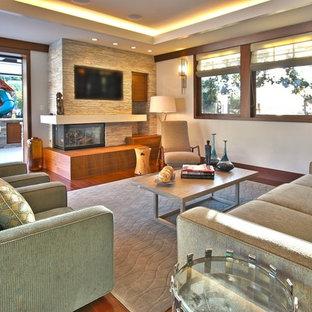 Idée de décoration pour un salon design avec une cheminée d'angle et un manteau de cheminée en pierre.