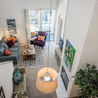 Modelo de salón tipo loft, ecléctico, pequeño, con paredes blancas, moqueta, chimenea tradicional, marco de chimenea de baldosas y/o azulejos y televisor independiente