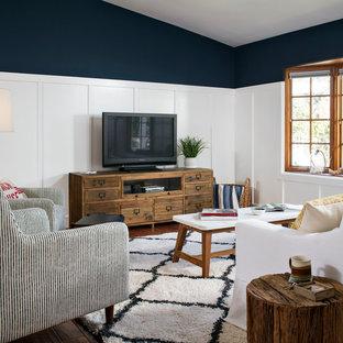 Immagine di un soggiorno stile marinaro aperto e di medie dimensioni con pareti blu, parquet scuro, nessun camino e TV autoportante