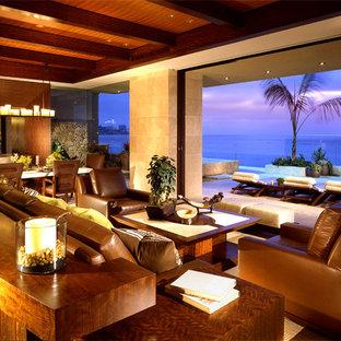 Foto di un soggiorno tropicale con pareti beige e pavimento in marmo