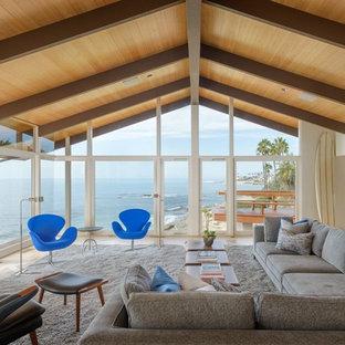 Modelo de salón minimalista, grande, sin chimenea y televisor, con paredes blancas y suelo de madera clara