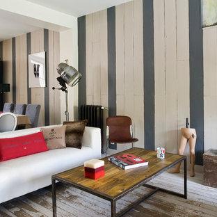 Réalisation d'un salon bohème ouvert et de taille moyenne avec un mur multicolore, aucune cheminée, aucun téléviseur et une salle de réception.