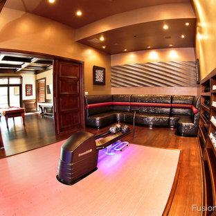 Ispirazione per un grande soggiorno classico chiuso con sala formale, pareti beige, parquet scuro, nessun camino e TV a parete