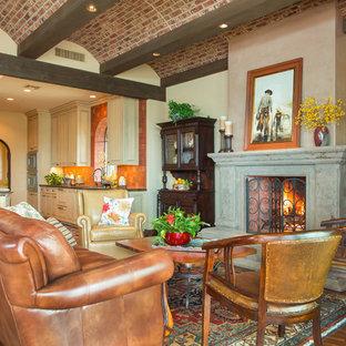 フェニックスの中サイズのサンタフェスタイルのおしゃれなLDK (ベージュの壁、濃色無垢フローリング、標準型暖炉、コンクリートの暖炉まわり、壁掛け型テレビ、茶色い床) の写真