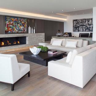 オレンジカウンティの大きいコンテンポラリースタイルのおしゃれなLDK (フォーマル、マルチカラーの壁、淡色無垢フローリング、横長型暖炉、タイルの暖炉まわり、テレビなし) の写真