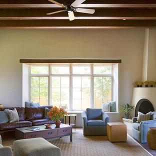 Immagine di un soggiorno american style di medie dimensioni e aperto con pavimento in mattoni e camino ad angolo