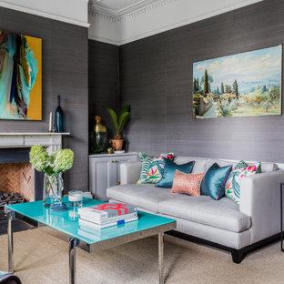 Inspiration för ett vintage separat vardagsrum, med grå väggar, ett finrum, heltäckningsmatta, en standard öppen spis och en spiselkrans i tegelsten