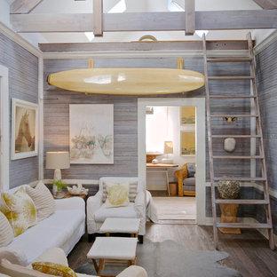 Diseño de salón marinero con paredes grises