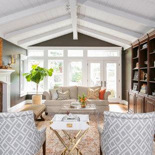 Foto de salón tradicional con paredes marrones, suelo de madera en tonos medios, chimenea tradicional y suelo marrón
