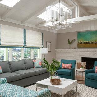 Idee per un soggiorno classico di medie dimensioni con sala formale, pareti grigie, parquet chiaro, camino classico, cornice del camino in mattoni e pavimento beige