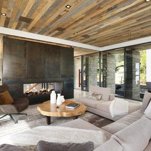 Idee per un grande soggiorno design aperto con sala formale, pavimento in gres porcellanato, camino bifacciale, cornice del camino in metallo, parete attrezzata e pavimento beige