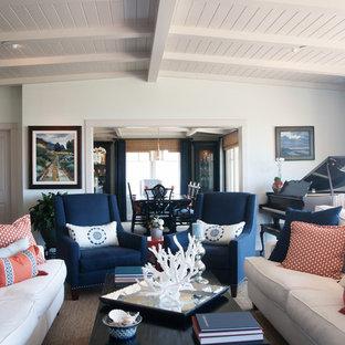 Foto de salón con rincón musical clásico con paredes blancas