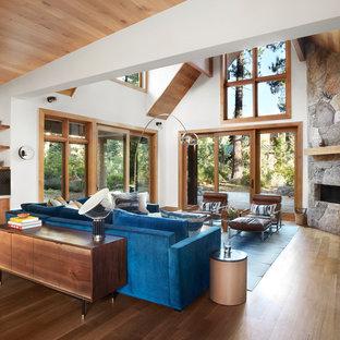 サンフランシスコの大きいトランジショナルスタイルのおしゃれなリビング (白い壁、無垢フローリング、コーナー設置型暖炉、石材の暖炉まわり、壁掛け型テレビ、茶色い床) の写真