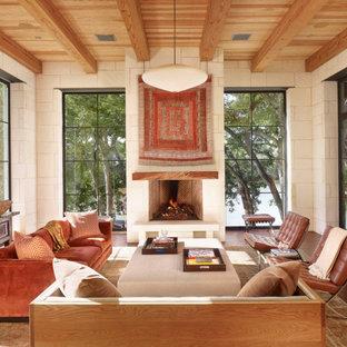 Großes, Repräsentatives, Offenes Mediterranes Wohnzimmer mit weißer Wandfarbe, Kamin, verputzter Kaminumrandung, freistehendem TV, braunem Boden, dunklem Holzboden, freigelegten Dachbalken und Holzdecke in Austin