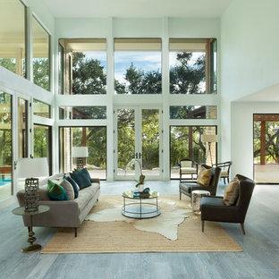 Foto di un ampio soggiorno contemporaneo aperto con sala formale, parquet chiaro, pareti bianche e TV nascosta