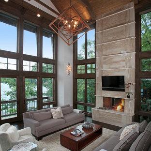 Ejemplo de salón para visitas abierto, rústico, de tamaño medio, con paredes blancas, suelo de madera oscura y televisor colgado en la pared