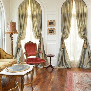 На фото: парадная гостиная комната в классическом стиле с белыми стенами и паркетным полом среднего тона с