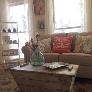 Ejemplo de salón abierto, romántico, de tamaño medio, con paredes beige y suelo de madera clara