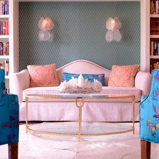 Diseño de biblioteca en casa clásica, de tamaño medio, sin televisor, con parades naranjas, suelo de madera oscura y suelo marrón