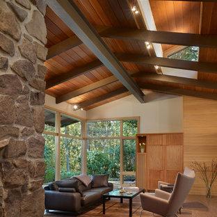 Mittelgroßes, Offenes Mid-Century Wohnzimmer mit beiger Wandfarbe und verstecktem TV in Seattle