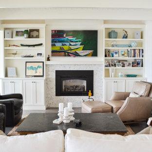 Klassisk inredning av ett mellanstort allrum med öppen planlösning, med vita väggar, klinkergolv i keramik, en standard öppen spis, en spiselkrans i sten, en väggmonterad TV och grått golv