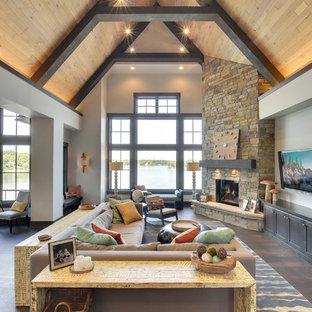 Idee per un grande soggiorno stile americano aperto con pareti beige, parquet scuro, camino ad angolo, cornice del camino in pietra e TV a parete