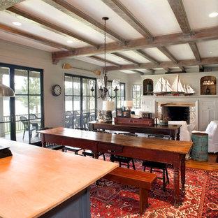 Offenes Uriges Wohnzimmer mit Kamin und Kaminsims aus Stein in Dallas