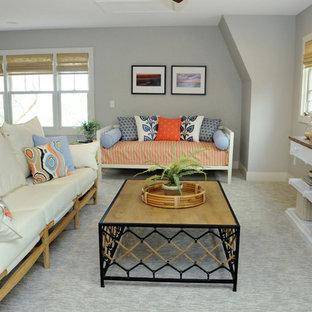 グランドラピッズのビーチスタイルのおしゃれなLDK (グレーの壁、カーペット敷き、グレーの床) の写真