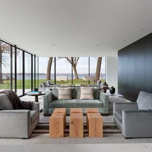 Cette image montre un salon minimaliste ouvert avec une salle de réception, aucune cheminée et un sol blanc.
