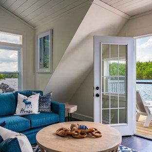 Idéer för ett maritimt vardagsrum, med grå väggar, målat trägolv och blått golv