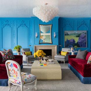 Imagen de salón para visitas ecléctico, grande, sin televisor, con paredes azules, suelo de madera oscura, chimenea tradicional y marco de chimenea de piedra